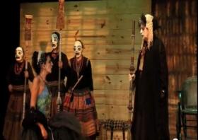 Hécuba informa a su hija Polixena de que los aqueos han decidido sacrificarla sobre la tumba de Aquiles.