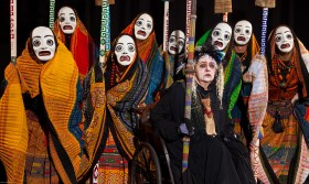 El Coro de troyanas cautivas hacen salir  a Hécuba de las tiendas del campamento aqueo.